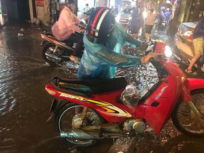 Hà Nội: Mưa to gần 1h, hàng trăm người phải dắt bộ xe, lội bì bõm về nhà trong đêm - Ảnh 10.