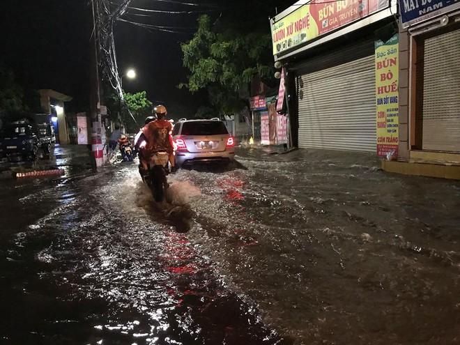 Hà Nội: Mưa to gần 1h, hàng trăm người phải dắt bộ xe, lội bì bõm về nhà trong đêm - Ảnh 14.