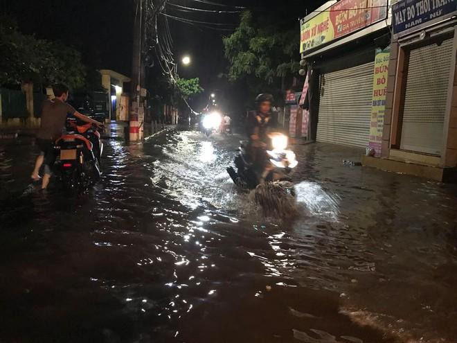 Hà Nội: Mưa to gần 1h, hàng trăm người phải dắt bộ xe, lội bì bõm về nhà trong đêm - Ảnh 16.