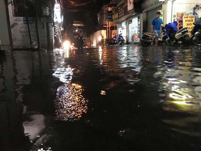 Hà Nội: Mưa to gần 1h, hàng trăm người phải dắt bộ xe, lội bì bõm về nhà trong đêm - Ảnh 17.