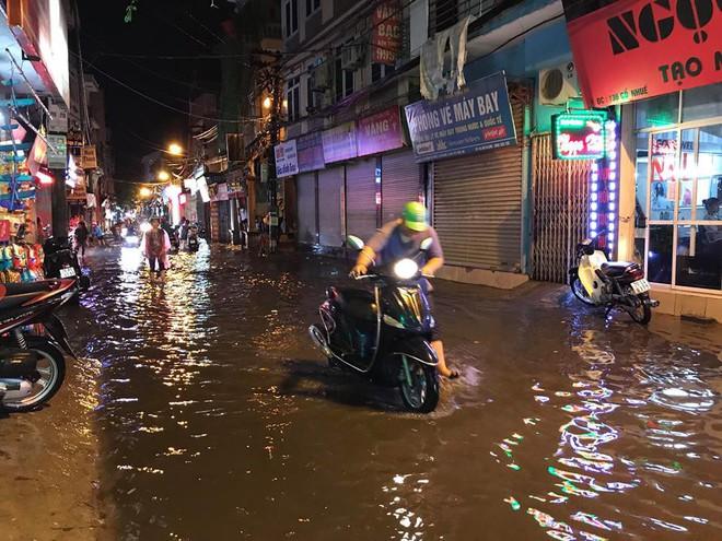 Hà Nội: Mưa to gần 1h, hàng trăm người phải dắt bộ xe, lội bì bõm về nhà trong đêm - Ảnh 11.