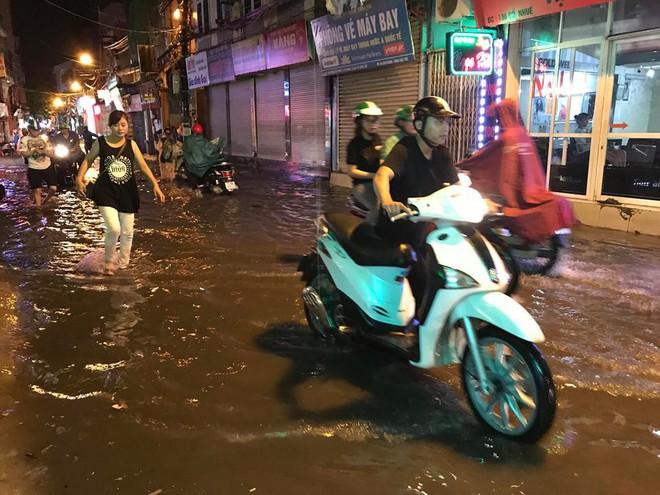 Hà Nội: Mưa to gần 1h, hàng trăm người phải dắt bộ xe, lội bì bõm về nhà trong đêm - Ảnh 12.