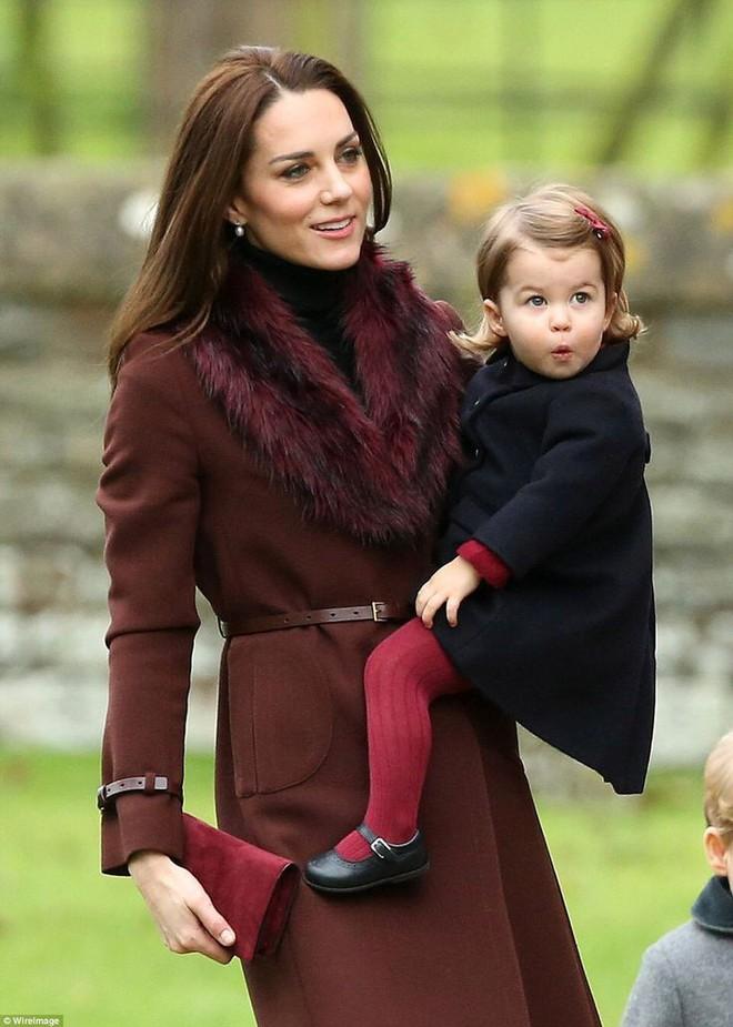 Chùm ảnh: Không thể phủ nhận, Công nương Kate - Công chúa Charlotte chính là biểu tượng thời trang mẹ con ton-sur-ton đáng yêu nhất thế giới - Ảnh 10.