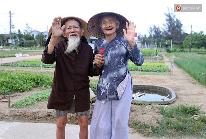 Nhiếp ảnh gia người Pháp chụp bộ ảnh đôi vợ chồng 94 tuổi và phía sau đó là một cổ tích tình già siêu dễ thương ở làng rau Trà Quế - Ảnh 12.