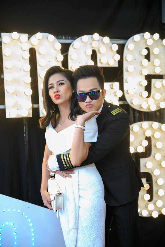 Vắng mặt chồng trẻ, Lâm Khánh Chi vui vẻ ôm hôn Quách Tuấn Du - Ảnh 8.