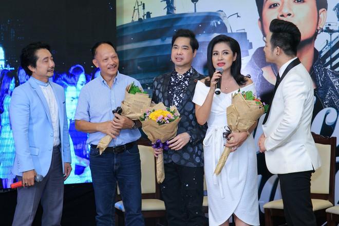 Vắng mặt chồng trẻ, Lâm Khánh Chi vui vẻ ôm hôn Quách Tuấn Du - Ảnh 4.