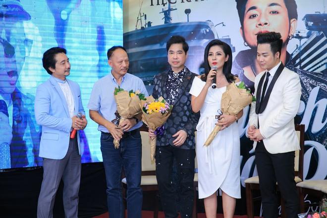 Vắng mặt chồng trẻ, Lâm Khánh Chi vui vẻ ôm hôn Quách Tuấn Du - Ảnh 5.