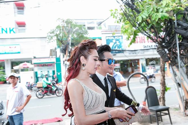 Vắng mặt chồng trẻ, Lâm Khánh Chi vui vẻ ôm hôn Quách Tuấn Du - Ảnh 1.