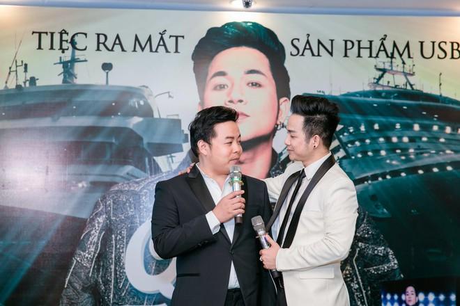 Vắng mặt chồng trẻ, Lâm Khánh Chi vui vẻ ôm hôn Quách Tuấn Du - Ảnh 6.