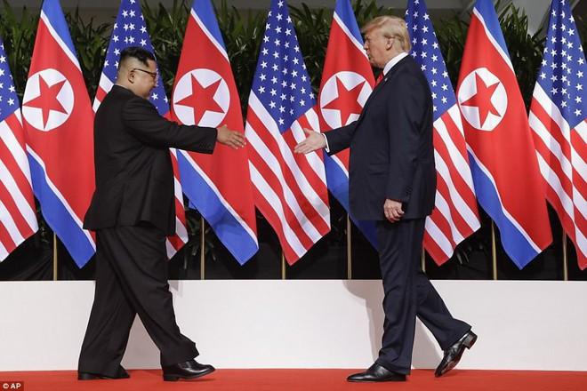 Khoảnh khắc lịch sử: Tổng thống Mỹ Donald Trump bắt tay lãnh đạo Triều Tiên Kim Jong-un - Ảnh 1.