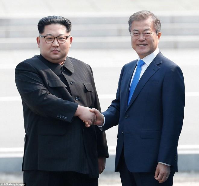 Khoảnh khắc lịch sử: Tổng thống Mỹ Donald Trump bắt tay lãnh đạo Triều Tiên Kim Jong-un - Ảnh 6.