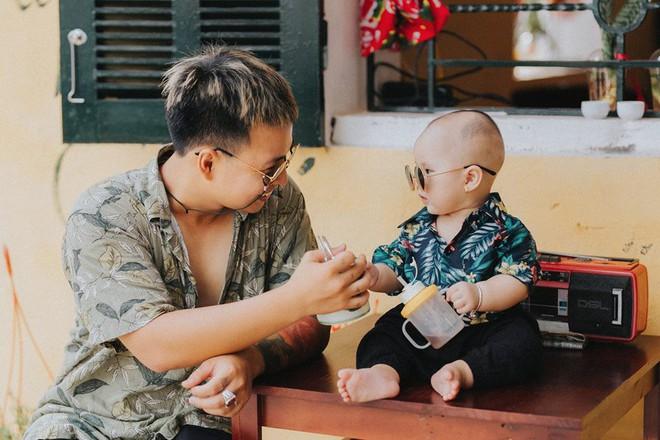 Chụp ảnh với con gái nhưng cư dân mạng lại cứ tưởng ông bố này tạo dáng cùng con trai vì biểu cảm siêu ngầu - Ảnh 1.