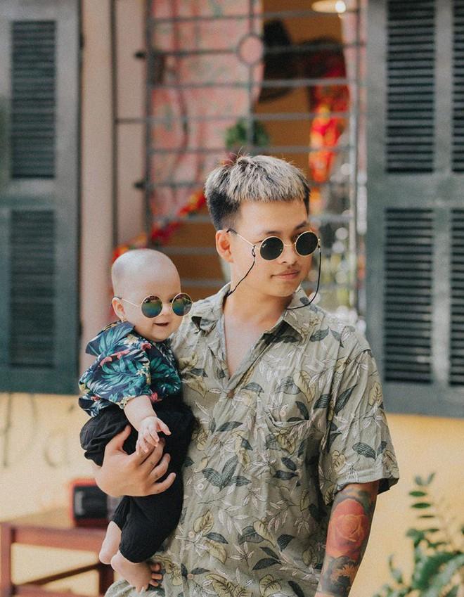 Chụp ảnh với con gái nhưng cư dân mạng lại cứ tưởng ông bố này tạo dáng cùng con trai vì biểu cảm siêu ngầu - Ảnh 2.