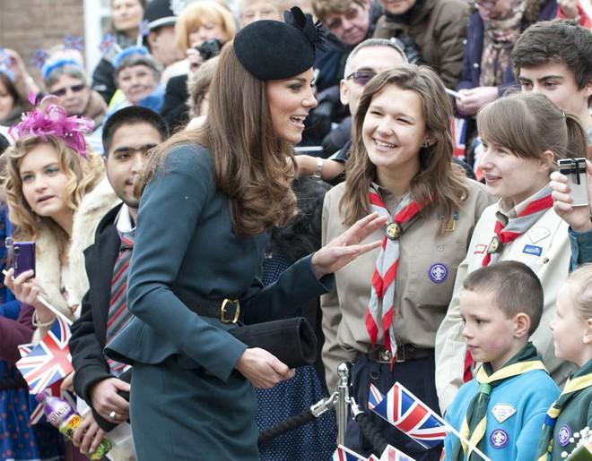 Thần thái xuất chúng của Công nương Kate trong chuyến đi đầu tiên với Nữ hoàng Anh năm 2012 gây sốt trở lại - Ảnh 5.