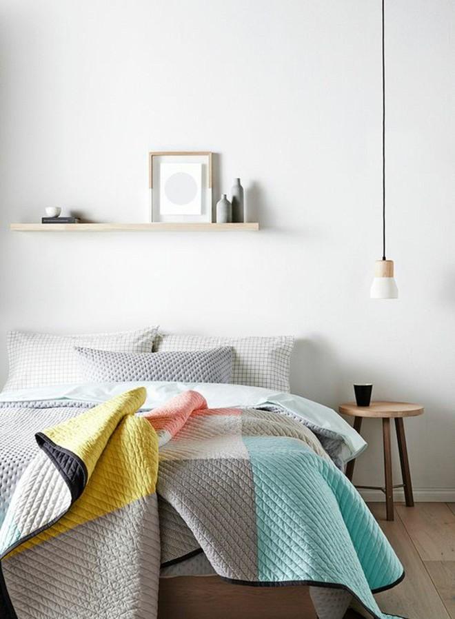 Phòng ngủ có tủ đầu giường thế này đã phạm nguyên tắc phong thủy quan trọng khiến thần tài mãi chẳng gõ cửa nhà bạn - Ảnh 1.