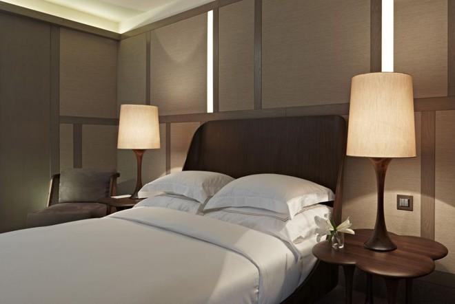 Phòng ngủ có tủ đầu giường thế này đã phạm nguyên tắc phong thủy quan trọng khiến thần tài mãi chẳng gõ cửa nhà bạn - Ảnh 2.
