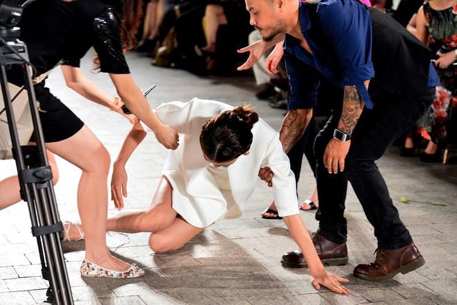 Những pha rớt giày trên sàn catwalk: tuy chẳng ai mong muốn nhưng lại cho tinh thần làm việc đầy chuyên nghiệp của những nàng mẫu này - Ảnh 2.