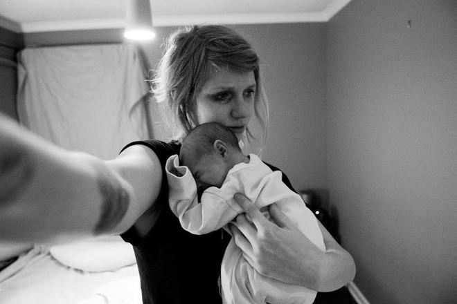 Dũng cảm chụp ảnh chính mình, bà mẹ muốn cả thế giới thấy sự thật trần trụi trong năm đầu làm mẹ - Ảnh 2.