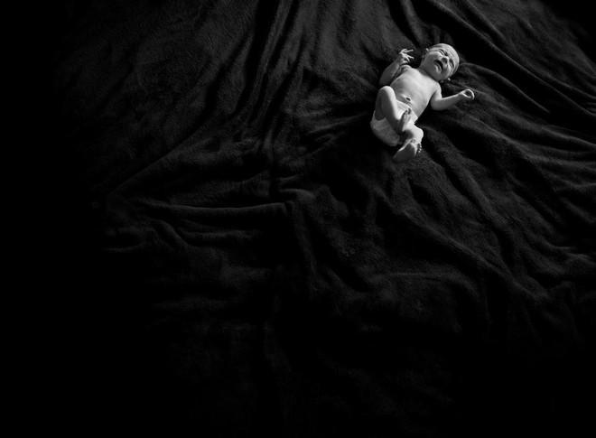 Dũng cảm chụp ảnh chính mình, bà mẹ muốn cả thế giới thấy sự thật trần trụi trong năm đầu làm mẹ - Ảnh 3.