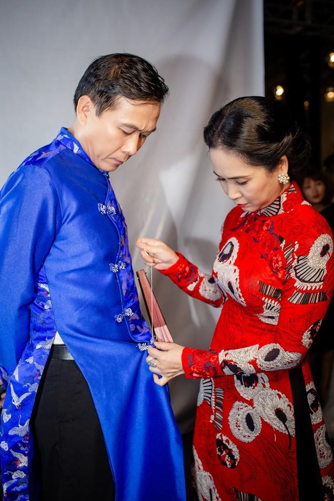 Mẹ chồng Lan Hương tình cảm khâu áo cho ông xã Đỗ Kỷ trong hậu trường - Ảnh 1.