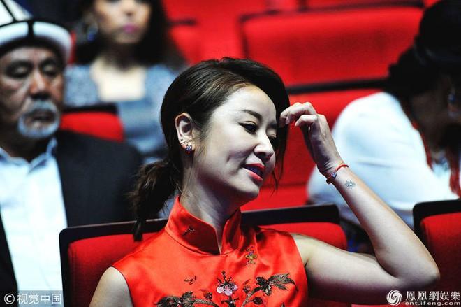 Lâm Tâm Như bị bắt trọn khoảnh khắc khó quên tại sự kiện Liên hoan phim - Ảnh 2.