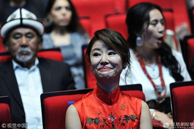 Lâm Tâm Như bị bắt trọn khoảnh khắc khó quên tại sự kiện Liên hoan phim - Ảnh 3.