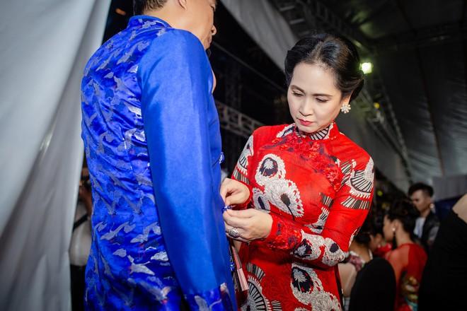 Mẹ chồng Lan Hương tình cảm khâu áo cho ông xã Đỗ Kỷ trong hậu trường - Ảnh 2.