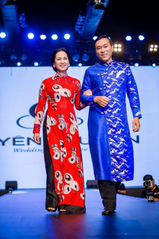Mẹ chồng Lan Hương tình cảm khâu áo cho ông xã Đỗ Kỷ trong hậu trường - Ảnh 5.