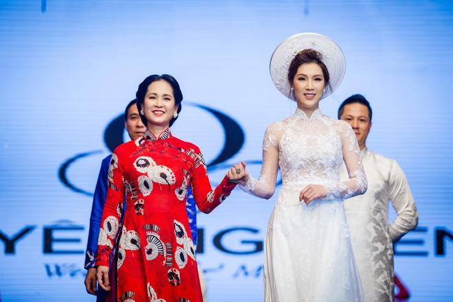 Mẹ chồng Lan Hương tình cảm khâu áo cho ông xã Đỗ Kỷ trong hậu trường - Ảnh 6.