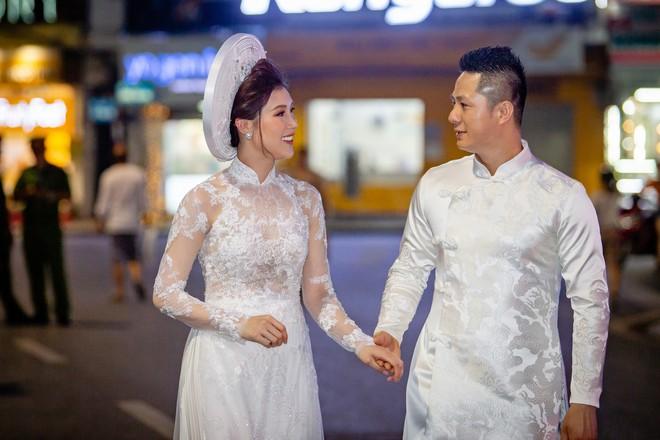 Mẹ chồng Lan Hương tình cảm khâu áo cho ông xã Đỗ Kỷ trong hậu trường - Ảnh 8.