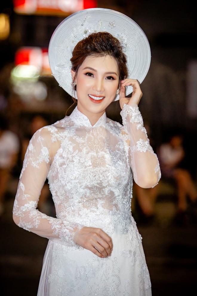 Mẹ chồng Lan Hương tình cảm khâu áo cho ông xã Đỗ Kỷ trong hậu trường - Ảnh 9.