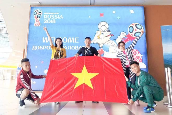 Ngọc Nữ  - cô gái có gương mặt đẹp nhất Hoa hậu Hoàn vũ Việt Nam 2017 - gây bất ngờ khi sang tận Nga cổ vũ tuyển Anh mùa World Cup - Ảnh 1.