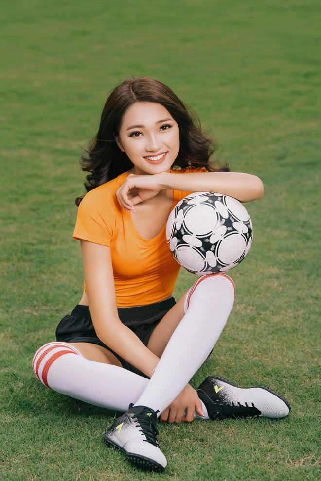 Ngọc Nữ  - cô gái có gương mặt đẹp nhất Hoa hậu Hoàn vũ Việt Nam 2017 - gây bất ngờ khi sang tận Nga cổ vũ tuyển Anh mùa World Cup - Ảnh 11.