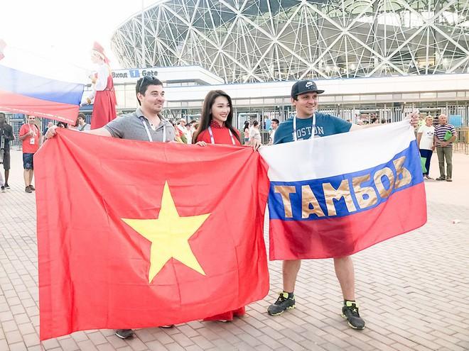 Ngọc Nữ  - cô gái có gương mặt đẹp nhất Hoa hậu Hoàn vũ Việt Nam 2017 - gây bất ngờ khi sang tận Nga cổ vũ tuyển Anh mùa World Cup - Ảnh 7.