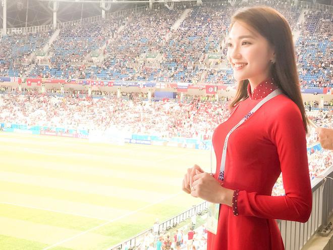 Ngọc Nữ  - cô gái có gương mặt đẹp nhất Hoa hậu Hoàn vũ Việt Nam 2017 - gây bất ngờ khi sang tận Nga cổ vũ tuyển Anh mùa World Cup - Ảnh 4.