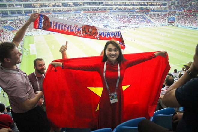 Ngọc Nữ  - cô gái có gương mặt đẹp nhất Hoa hậu Hoàn vũ Việt Nam 2017 - gây bất ngờ khi sang tận Nga cổ vũ tuyển Anh mùa World Cup - Ảnh 5.