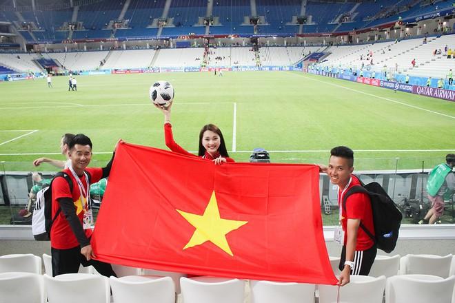 Ngọc Nữ  - cô gái có gương mặt đẹp nhất Hoa hậu Hoàn vũ Việt Nam 2017 - gây bất ngờ khi sang tận Nga cổ vũ tuyển Anh mùa World Cup - Ảnh 10.