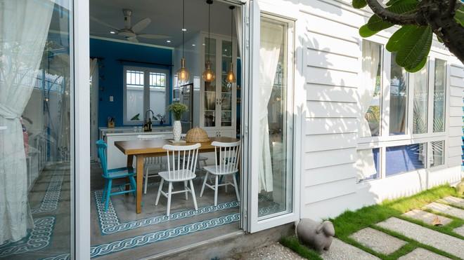 Ngôi nhà một tầng mang hương biển đẹp như mơ khiến cặp vợ chồng trẻ sẵn sàng bỏ phố về ngoại ô Sài Gòn - Ảnh 1.