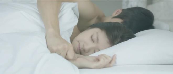 Hé lộ cảnh nóng bị cắt của loạt phim Hàn nổi tiếng: Nóng nhất là cặp đôi Hậu Duệ Mặt Trời - Ảnh 10.