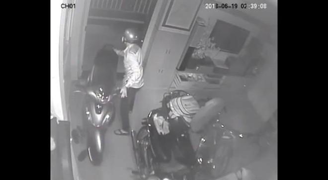 Clip: Nam thanh niên tranh thủ lẻn vào nhà dân trộm sạch 3 xe máy và 1 thùng loa trong mùa World Cup,  - Ảnh 2.