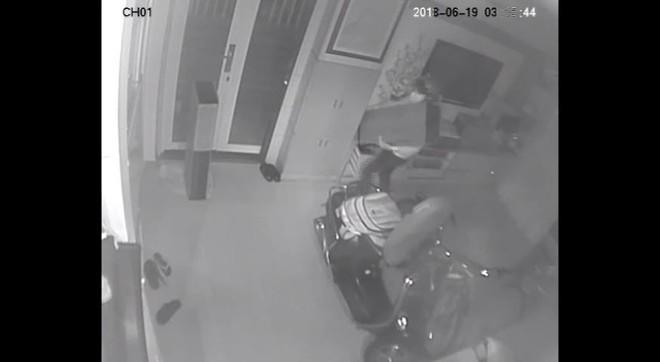 Clip: Nam thanh niên tranh thủ lẻn vào nhà dân trộm sạch 3 xe máy và 1 thùng loa trong mùa World Cup,  - Ảnh 4.