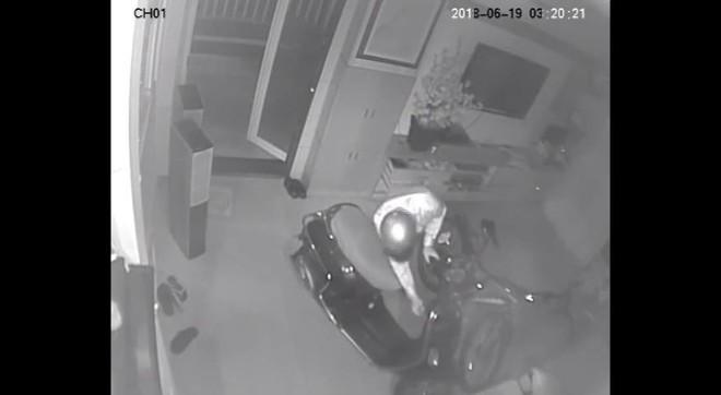 Clip: Nam thanh niên tranh thủ lẻn vào nhà dân trộm sạch 3 xe máy và 1 thùng loa trong mùa World Cup,  - Ảnh 3.