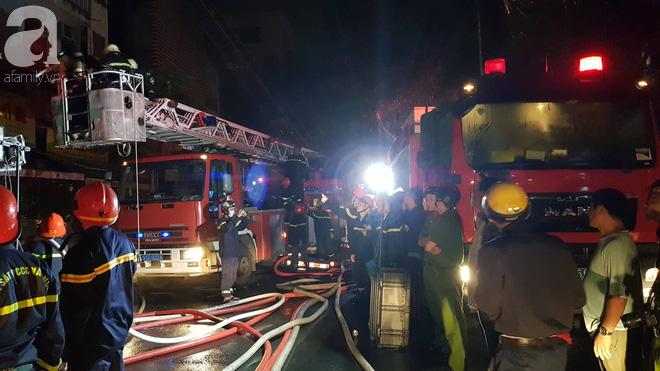 Hiện trường vụ cháy kinh hoàng khiến căn nhà 5 tầng ở Sài Gòn bị thiêu rụi ngay trong đêm - Ảnh 2.