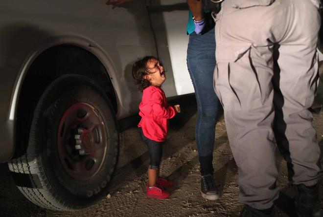 Câu chuyện đằng sau bức ảnh em bé đứng khóc bên biên giới góp phần khiến Tổng thống Trump ký lại sắc lệnh về người nhập cư - Ảnh 1.