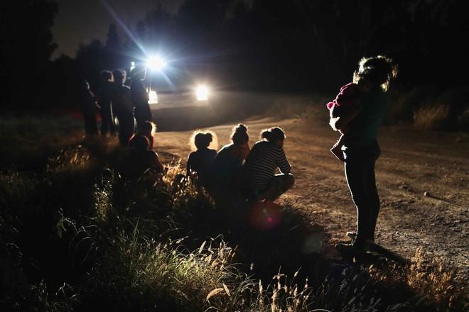 Câu chuyện đằng sau bức ảnh em bé đứng khóc bên biên giới góp phần khiến Tổng thống Trump ký lại sắc lệnh về người nhập cư - Ảnh 3.