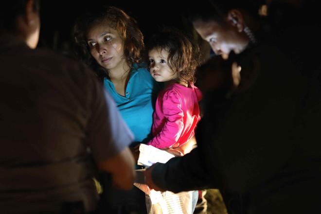 Câu chuyện đằng sau bức ảnh em bé đứng khóc bên biên giới góp phần khiến Tổng thống Trump ký lại sắc lệnh về người nhập cư - Ảnh 2.