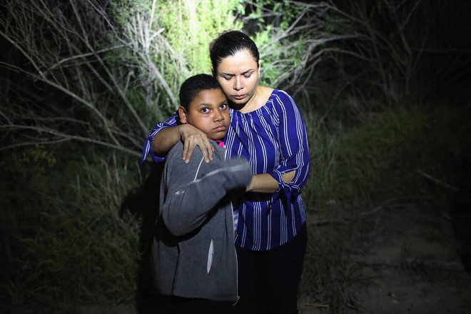 Câu chuyện đằng sau bức ảnh em bé đứng khóc bên biên giới góp phần khiến Tổng thống Trump ký lại sắc lệnh về người nhập cư - Ảnh 4.
