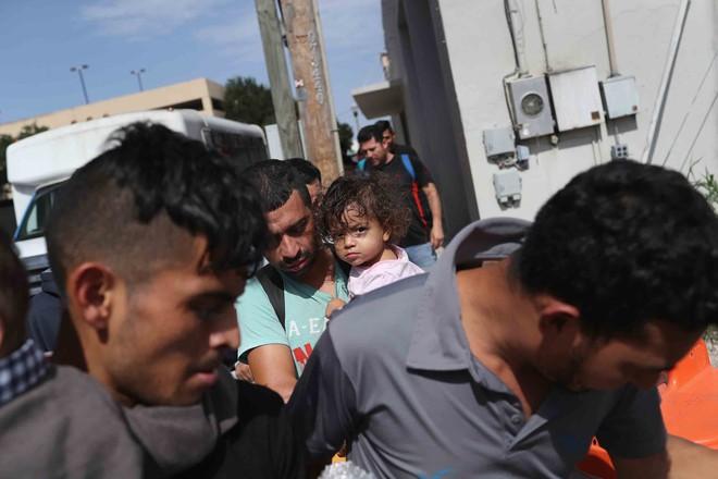 Câu chuyện đằng sau bức ảnh em bé đứng khóc bên biên giới góp phần khiến Tổng thống Trump ký lại sắc lệnh về người nhập cư - Ảnh 5.