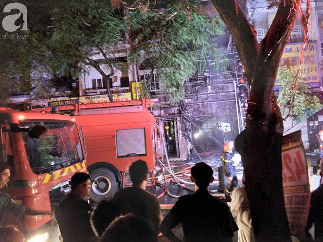 Hiện trường vụ cháy kinh hoàng khiến căn nhà 5 tầng ở Sài Gòn bị thiêu rụi ngay trong đêm - Ảnh 3.