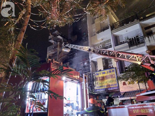Hiện trường vụ cháy kinh hoàng khiến căn nhà 5 tầng ở Sài Gòn bị thiêu rụi ngay trong đêm - Ảnh 6.